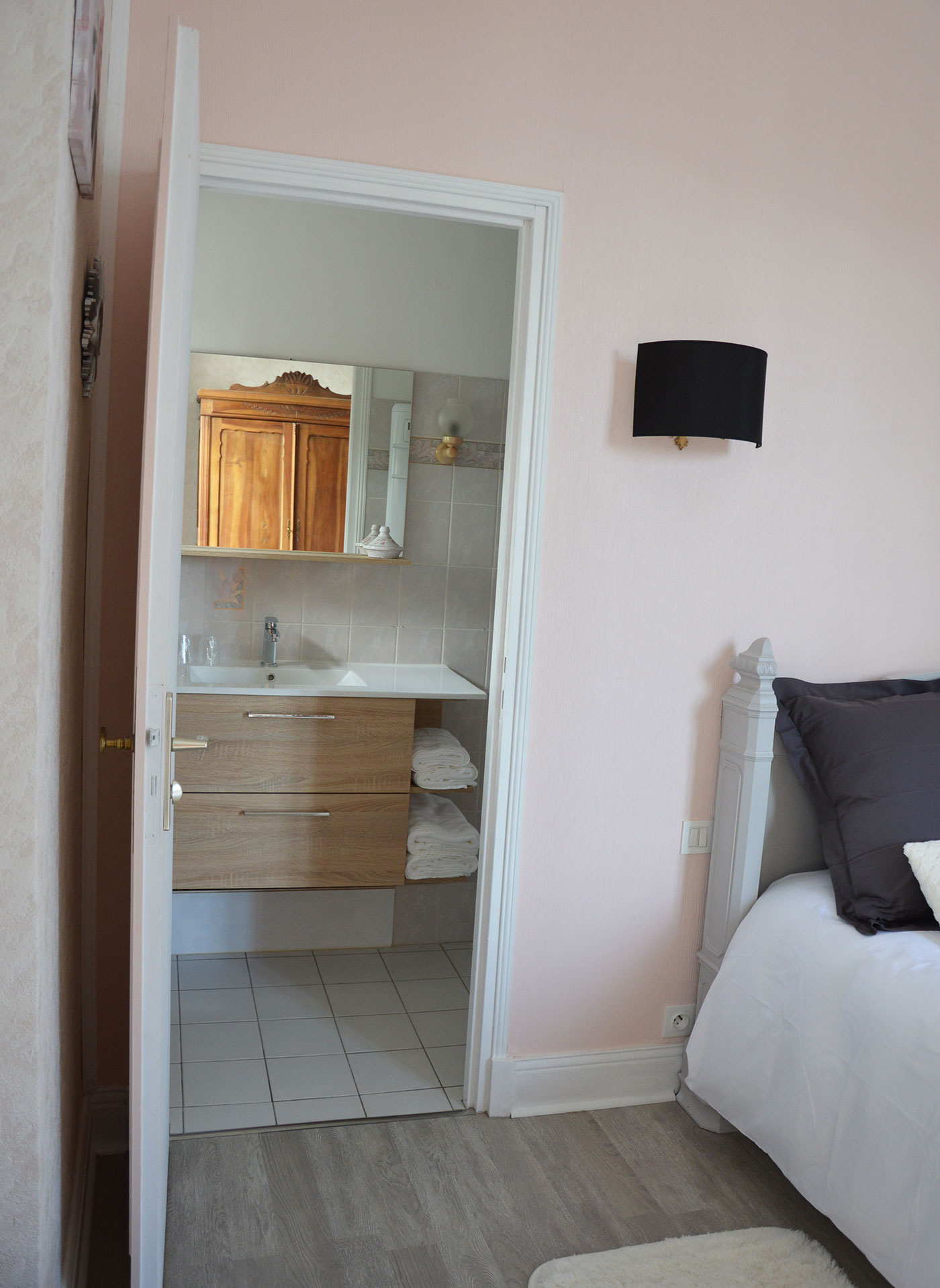 Bathroom Petite Champagne room